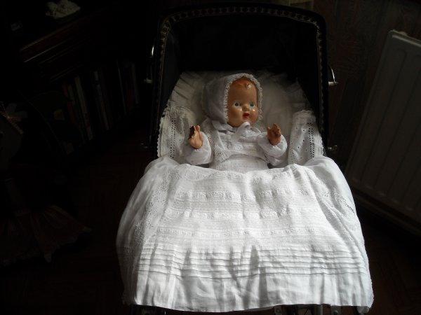 """landau Silver cross avec bébé anglais - landau français avec petitcollin souriant - landau miniature avec tablier réalisé par Bénédicte """"Poupéecouture"""""""