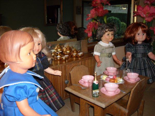 pour la Ste Cécile, cet après midi a eu lieu la réunion de famille autour de patisserie et d'un bon café, Françoise, les Marie-Françoise et Emilie attendent le reste des cousins et cousines, cela va être la fête.......