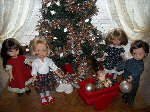 """Carol (la brune), Carla (la blonde) et Carlos de Paola Reina ont préparé le sapin pour les cousines """"Les Chèries de Corolle"""