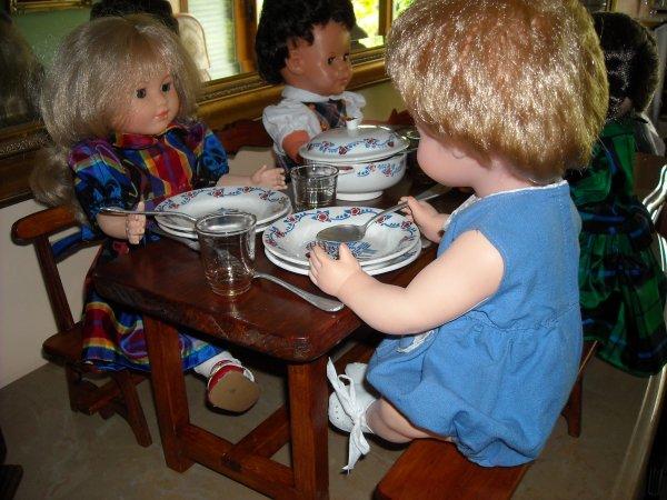 """filles et garçons """"Modes et Travaux"""" ont voulu étrenner les meubles commandés par Mamoune. (Merci à Gene pour l'info)"""