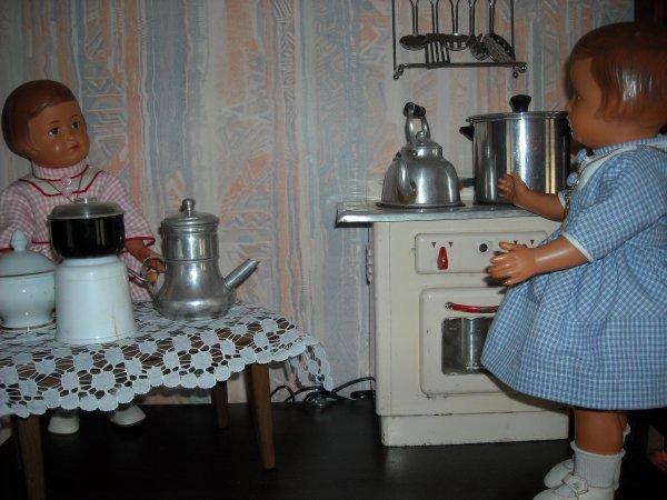 Mamoune, Mamoune, il faut réfléchir pour préparer le repas du baptême de Michel qui aura lieu le 9 novembre ? Meubles réalisés par le papa de Sylvie