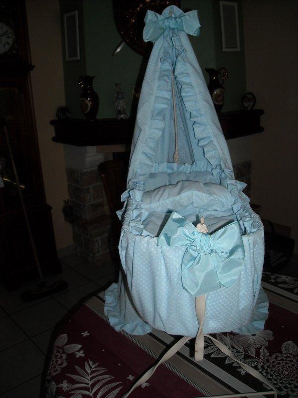 encore un  berceau de terminé, bercelonnette habillée de tissus plumetis bleu ciel