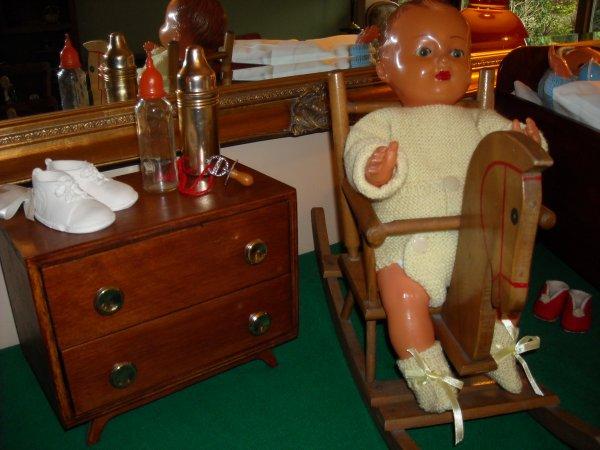 Après les émotions de son baptême, petit Michel se repose dans sa belle chambre, réalisée par le papa de Sylvie, pendant que son jumeau joue avec son cheval à bascule