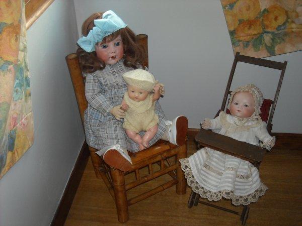 """Voilà zaza, je t'ai écouté en mettant un post, entre peinture et nettoyage. Hortence (moule 251) et ses deux bébés des """"Armand Marseille"""""""
