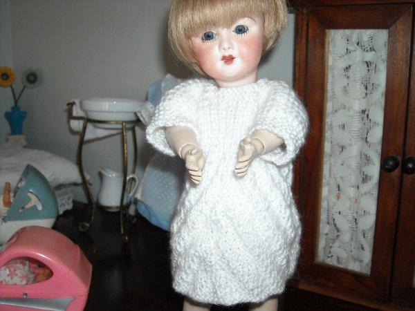 Après quelques petites misères dans mon tricot, voici Julia avec sa robe en chevrons, merci les amies pour vos explications, je vais continuer dans ma lancée!!!!!!!!!!