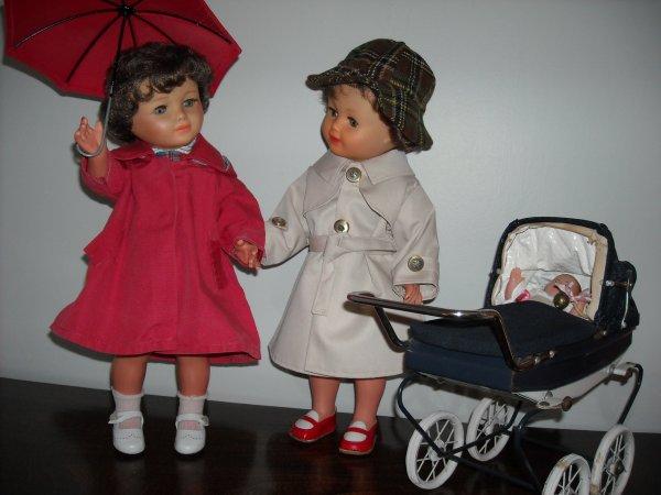 Mamoune, Mamoune, regarde comme nous sommes belles avec nos habits de pluie!!! n'oublie pas de prendre ton parapluie pour toi demain qui va à la Réderie d'Amiens.