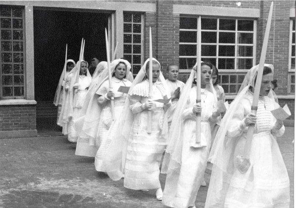 Le beau mois de MAI, mois des Communions, année 1958, me voici avec mon frère, je démarre le cortège sur la première photo. A vous maintenant pour des photos !!!!!!!!