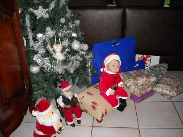 Petit Paul se joint à moi pour vous souhaiter un bon Noël, pas très présente pour mon blog, mais chaque soir, je vais faire un petit tour chez vous. Je vous embrasse. Annie