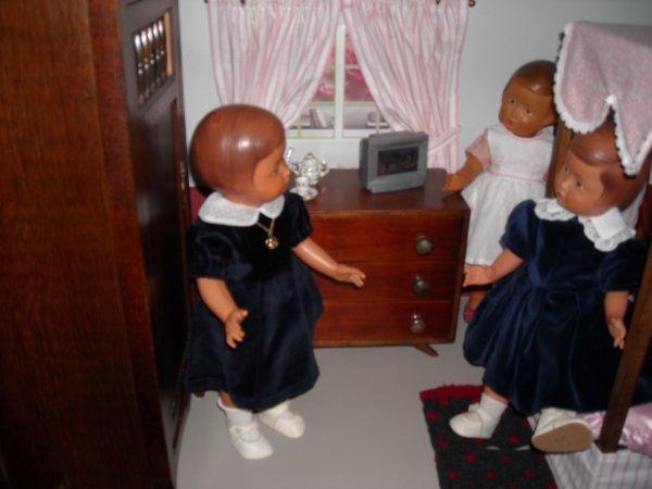 Vite soeur-soeur, il faut t'habiller tu sais que nous allons manger la galette chez Tata ZAZA, oui oui, mais je viens de donner le biberon  à bébé.......