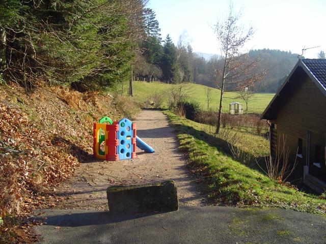 terrain de boule et jeu d'enfants