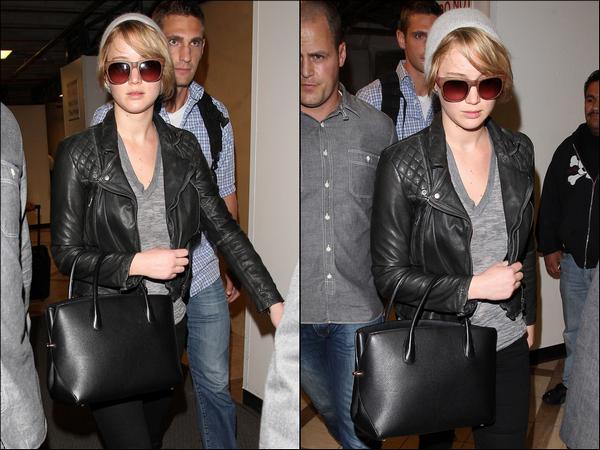 .   04/11/2013 :  Jennifer arrivant à l'aéroport de LAX à Los Angeles pour la promo d'Hunger Games .