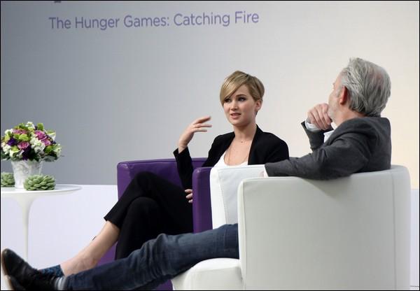 .   06/11/2013 :   Jennifer était à une séance de questions/réponses du Global Fan Day pour Hunger Games à Los Angeles.