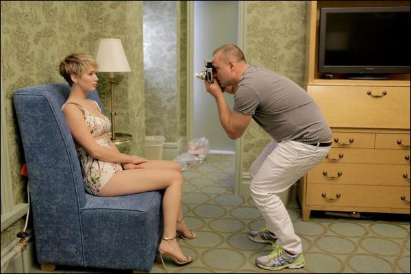 . Découvrez une photo BTS du shooting de Jennifer pour le magazine W de février .