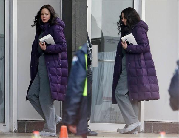 .   05/02/2014 :  Jennifer a été vue sur le tournage d'Hunger Games 3 : Mockingjay, à Atlanta    Pour rappel, Jennifer porte une perruque en raison de sa récente coupe de cheveux.