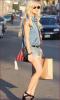 .26/08/11 : Lindsay qui fait du shopping dans le quartier de Venice à L.A ! .
