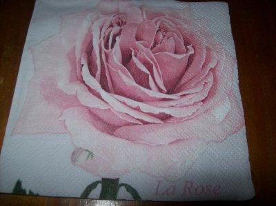 1 ROSE SUR FOND BLANC (petite serviette)