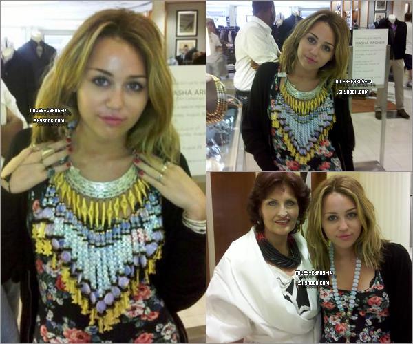 Miley-cyrus-14 28 aout 2010 : Miley faisant un peu de shopping à detroit. Je ne sais pas vous mais moi je trouve que Miley n'a pas très bonne mine ...  Miley-cyrus-14