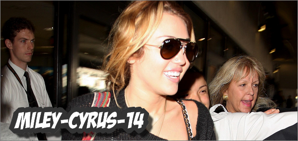 Miley-cyrus-14 8 septembre 2010 : Miley arrivant a l'aeroport LAX à Los Angeles.  Miley-cyrus-14