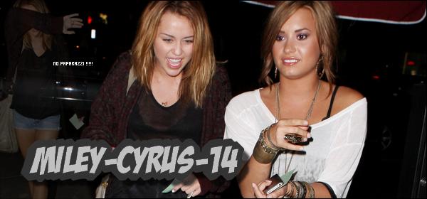 Miley-cyrus-14 15 Septembre 2010 : Miley & Demi Lovato allant diner.. Miley-cyrus-14 Decouvrez une nouvel candid de Miley en compagnie de Demi lovato , tard dans la soirée du 15 septembre , allant diner chez Jerry's Famous Deli à studio city , juste apres avoir été a l'anniversaire de Nick Jonas. Comme on peux le voir , Miley en a de plus en plus marre des paparazzi (ce qui se comprend ), puisqu'elle se cache de plus en plus et comme le prouve cette vidéo, Miley est vraiment harceler , elle s'enerve meme. Decouvrez ensuite une autre sortie de Miley , le même jour  dans le magasin Erewhon Natural Foods . Photos decouvrez egalement plusieurs vidéo de la journée de Miley : [1] [2] [3] Et pour finir , decouvrez la Preview d'une nouvelle chanson de Miley : Giving you Up . Ecouter Texte entierement redigé par mes soins .  Miley-cyrus-14