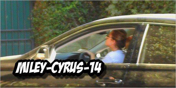 Miley-cyrus-14  25 septembre 2010 : Miley & Liam se rendant à la maison de Miley  Miley-cyrus-14