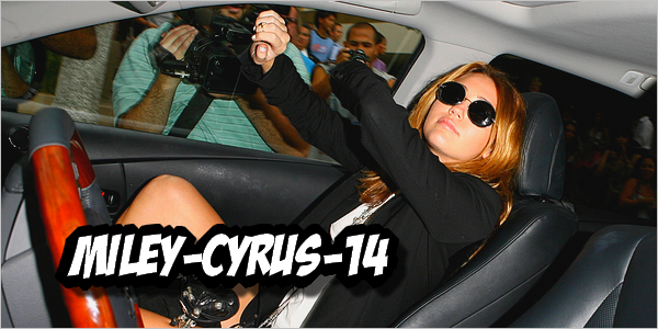 Miley-cyrus-14  28 septembre 2010 : Miley quittant le Newsroom Cafe. Vidéo