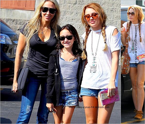 12 octobre 2010 : Miley , Tish et noah allant dejeuner  Miley allant parler a une papz qui les filmait ici