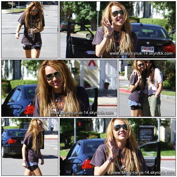 02 novembre 2010 : Miley a toluca Lake posant pour les pap'z