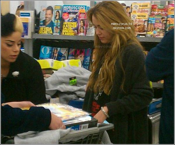 """8 Decembre 2010 : Miley à été vu à Walmart en Louisiane. Elle est actuellement sur le tournage de """"So undercover"""" , son prochain film."""