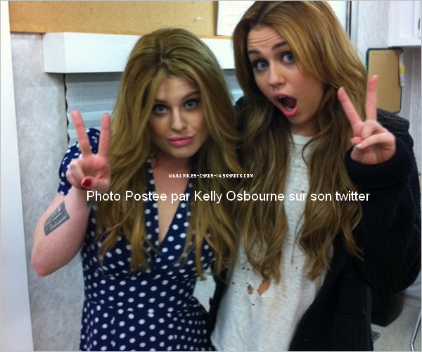 22 décembre 2010 : Miley sur le set de So undercover , tout en rose. + Nouvelle photo postée par Kelly Osbourne
