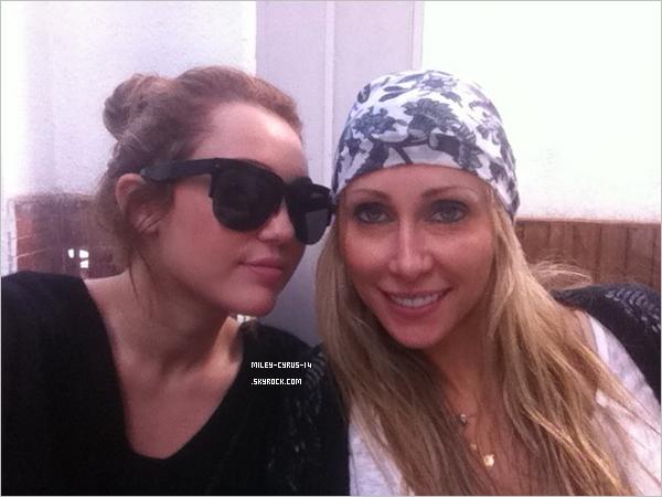 07 mai 2011: Miley dejeunant dans un restaurant à Buenos Aires en Argentine. Nouvelle photo de Miley et de sa maman Tish postée par Miley sur Twitter.