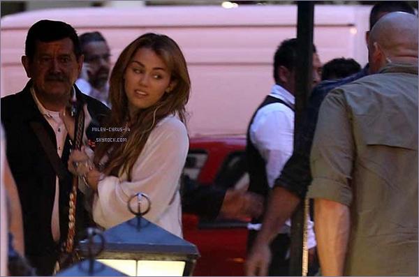 25/05/11 : Miley un peu effrayée arrivant à l'aéroport pour un concert à Mexico