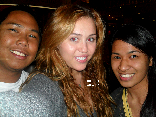 07/06/11 : ENFIN ! Miley posant avec des fans au cinéma AMC City Walk  à Universal City. No make up