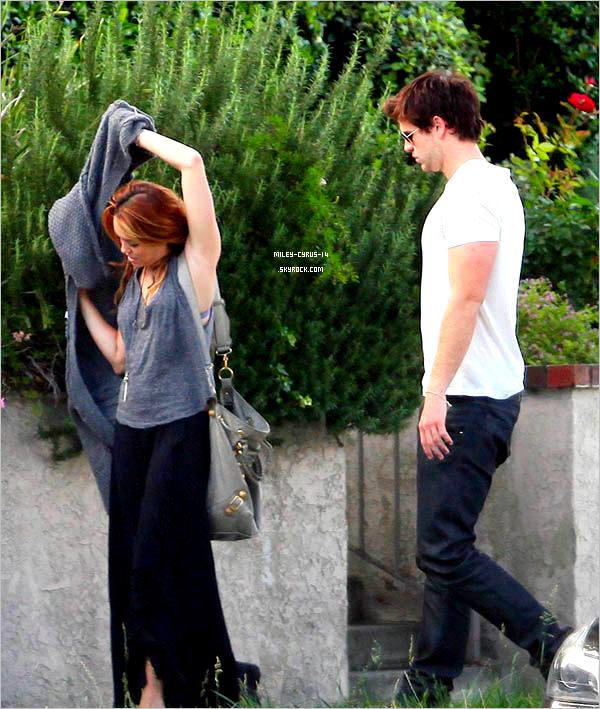 09/06/11 : Miley sortant de la maison de Liam , avec celui ci à  Beverly Hills