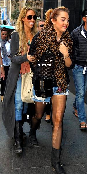 27/06/11 : Miley a été vu faisant encore et toujours du shopping dans Sydney.