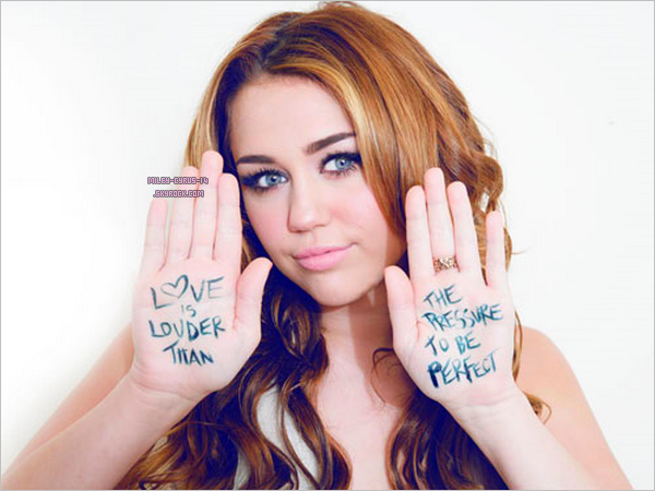 Miley posant pour la campagne du magazine Seventeen « Love Is Louder Than the Pressure to Be Perfect »
