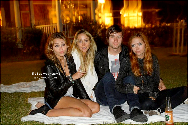 Nouvelle photo personnelle de Miley , Tish et Brandi
