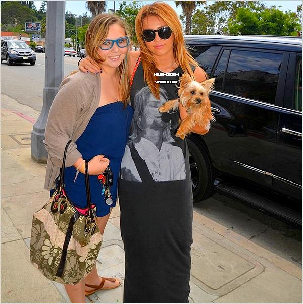 Miley posant avec une fan dans les rues de Los angeles. Nouvelle coupe ?!