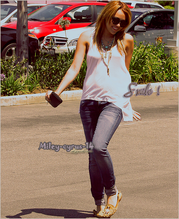 13/07/11 : Miley enfin de sortie a été vu allant manger un Hotdog avec sa maman à Culver City