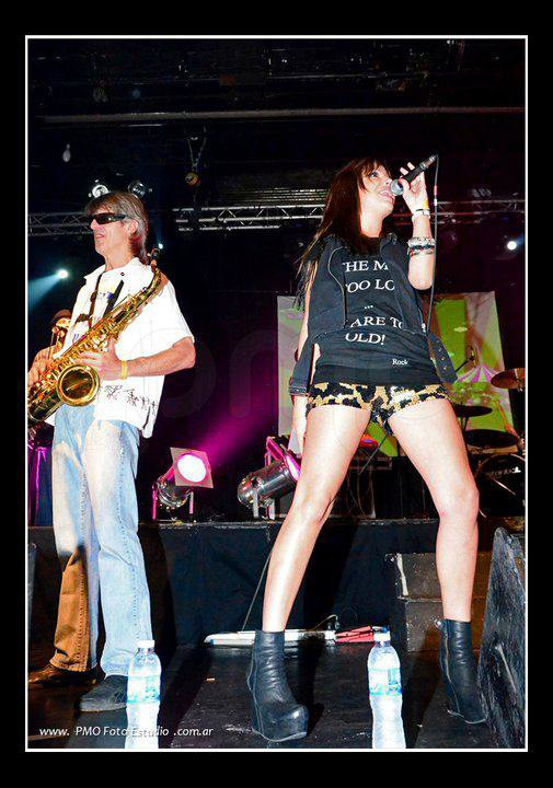 Brenda Asnicar concert à Las Manos Filippi de.