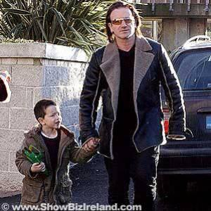 bono et son fils tout sur triple h et u2. Black Bedroom Furniture Sets. Home Design Ideas