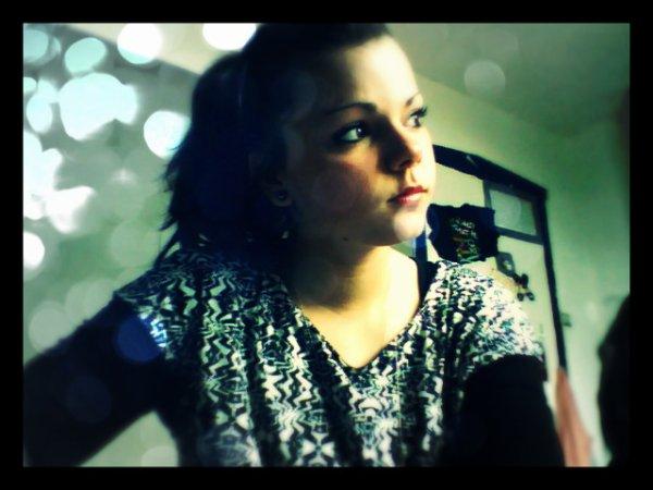 ~Plongée dans mes pensées, je regarde la lumière en espérant te retrouver.. ♥