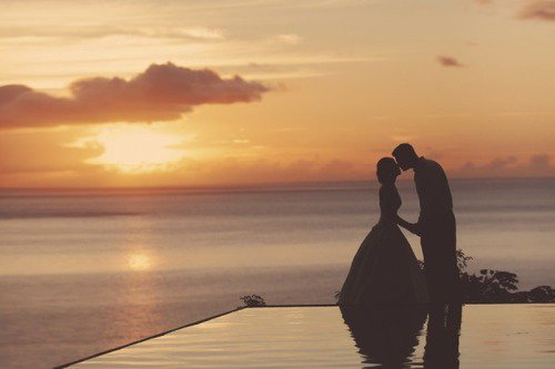 Ne te précipite pas en amour. Souviens-toi que, même dans les contes de fées, les fins heureuses ont lieu à la dernière page.