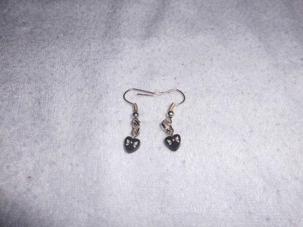 boucle d'oreilles canes fimos c½ur noir avec ruban blanc