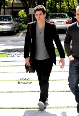 22/02/11 : Joe fait du shopping et va manger au restaurant avec Ashley Greene