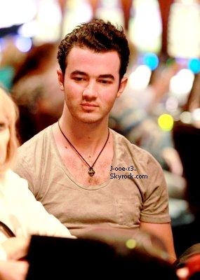 26/02/11 : Joe arrive à pieds au Château Marmont à Los Angeles