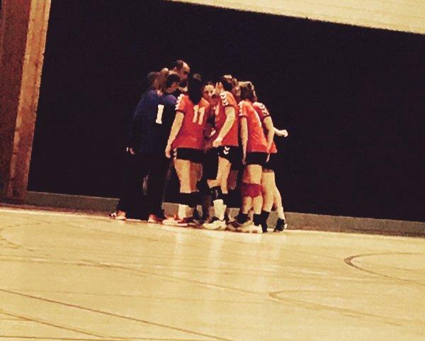 La Beauter du Handball et que Apres une Déféte  ou Une Victoire  on voit le Bonheur dans les yeux de ces Coéquipieres ♥