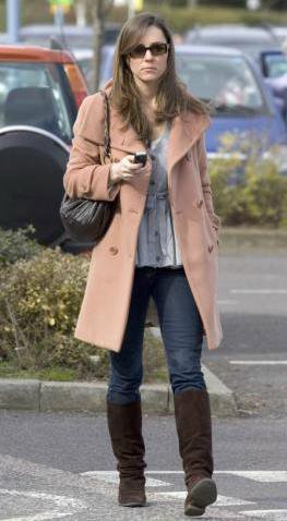Kate Out And About In London Texting On Her Cellphone - 19 March 2007