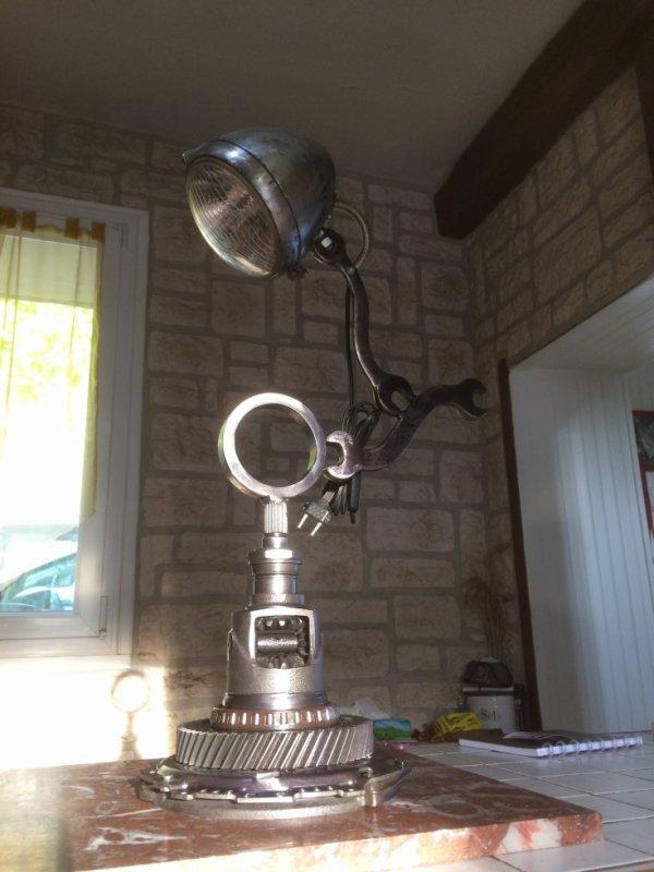 Belle lampe Méca Sculpture avec phare de 2 Ch et piéces de mécanique