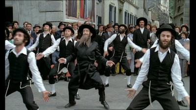 Louis de fun s dans les aventures de rabbi jacob for Dans rabbi jacob
