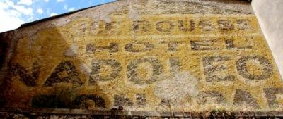 vestige de mur publicitaire à Corte (Corse)